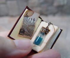 Mini potion bottle in a tiny book Objet Harry Potter, Deco Harry Potter, Bottle Charms, Bottle Necklace, Handmade Books, Handmade Journals, Handmade Rugs, Handmade Crafts, Miniature Crafts