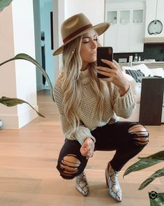 Perfect Go-To fall outfit: Black jeans, Chunky sweater and cute booties! These snake skin booties are my new obsession! Source by brinicolebrown outfits men Outfits With Hats, Cute Casual Outfits, Jean Outfits, Boho Outfits, Outfits With Black Jeans, Black Jeans Outfit Summer, Country Style Outfits, Girls Fall Outfits, Southern Outfits