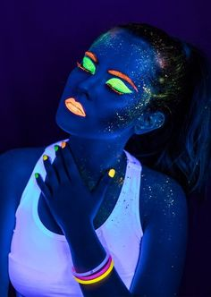 maquillaje glow in the dark Party Make-up, Disco Party, Neon Party Decorations, Party Themes, Party Ideas, Up Halloween, Halloween Makeup, Halloween Pajamas, Halloween Tutorial