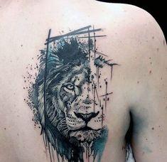 Tatuagem masculina de leão em aquarela nas costas.