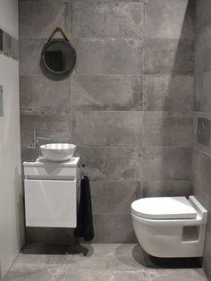 Betonlook badkamer, beton vloer, betonlook tegels, hout, wit, betonlook ideeën, betonlook mozaiek, sanitair, toilet, badkamermeubel.