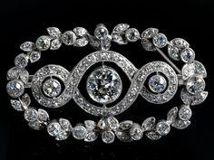 Feiner Broschanhänger im Jugendstil mit zentralem Altschliffdiamant, ca. 0,75 ct, und kleineren Diamanten im Alt- und Achtkantschliff, zus. ca. 1,7 ct. ...