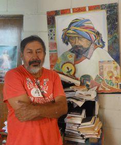 Bernardo CRESPIN en frente de su autorretrato de 2002, en su cas deSan Salvador (15 Agosto 2012)