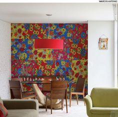 No projeto da arquiteta Cris Negreira, um painel de chita, utilizado no casamento da proprietária, foi aproveitado na decoração da sala de jantar.