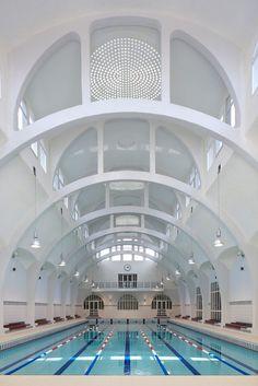 Dans un bâtiment Art Nouveau, au cœur du 13ème arrondissement de Paris, la piscine de la Butte aux Cailles s'offre une nouvelle jeunesse avec l'intervention de l'agence TNA Architectes. Cet édifice emblématique avec sa façade ornée de briques et de béton imaginé à l'origine par l'architecte Louis Bonnier subit ici sa seconde réhabilitation depuis les années 90.