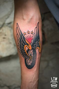 Uno de los muchos símbolos del mundo biker tatuado por Dennis.