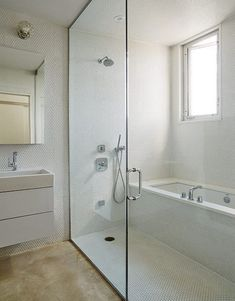 Bathroom interior 396316835962218711 - 53 Cold Bathroom Shower Makeover Ideas Source by malaetilou Small Bathroom With Tub, Small Bathroom Layout, Bathroom Tub Shower, Tub Shower Combo, Modern Bathroom, Tile Showers, Condo Bathroom, Bathroom Mirrors, Master Bathrooms