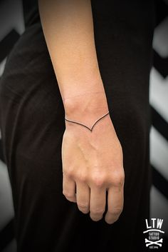 Manu tatuador de LTW Tattoo and Piercing BarcelonaLTW Tattoo & Piercing Barcelona Simple <3