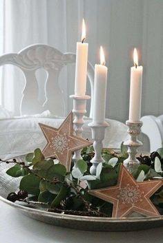Kanderlaar op serveerbord met kerstdecoratie - Woontrendz