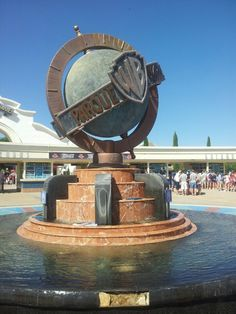 See 1159 photos from 6403 visitors about superman, attractions, and park. Warner Madrid, Las Vegas, Tom Y Jerry, Four Square, Attraction, Park, Outdoor Decor, Parks, Viajes