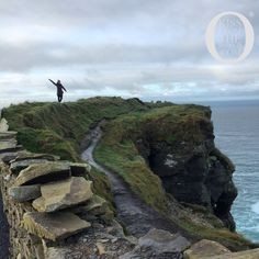 A comprehensive budget travel guide to traveling around Ireland with tips and advice on things to do, see, ways to save money, and cost information.