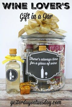Lover's Gift in a Jar: Ideas, a project and label and tag printables. A great gift for birthdays, the holidays or anytime!Wine Lover's Gift in a Jar: Ideas, a project and label and tag printables. A great gift for birthdays, the holidays or anytime! Handmade Christmas Gifts, Xmas Gifts, Craft Gifts, Christmas Gifts For Wine Lovers, Santa Gifts, Boyfriend Gift Basket, Boyfriend Gifts, Boyfriend Food, Boyfriend Ideas