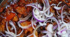 Découvrez une recette italienne toute simple : la francesina est un plat composé de tendons et de cartilage de bœuf cuits dans une sauce tomate et oignons. Cartilage, Sauce Tomate, Food La, Sausage, Spaghetti, Simple, Ethnic Recipes, David, Onions