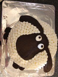 Gateau mouton: deux gâteaux ronds, deux glaçages (un brun foncé et un blanc) et deux sortes de guimauves: un sac de guimauves miniatures et deux grosses guimauves
