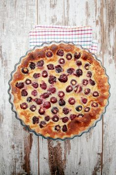 This Cherries Clafoutis dish is a tradition, rustic, French dessert. It is a scrumptious combination of fresh summer berries and a rich pancake! French Desserts, No Cook Desserts, Just Desserts, Delicious Desserts, Dessert Recipes, Yummy Food, Clafoutis Recipes, Cherry Clafoutis, Cherry Cake