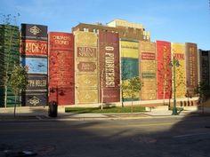 Гигантские «книги» фасада библиотеки в Канзас-Сити