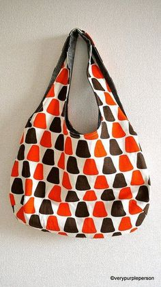 Reversible bags are great because you get two for one! This reversible hobo style bag goes together quickly and is quite easy to make. This free bag pattern is brought to you by verypurpleperson. Get the free bag pattern here Sewing Patterns Free, Free Sewing, Sewing Tutorials, Sewing Projects, Sewing Diy, Hobo Bag Patterns, Tote Pattern, Diy Sac, Fabric Bags