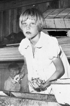 アメリカの児童労働は1938年の公正労働基準法制定で終止符を打った。それ以前のアメリカの工場や炭鉱では、子どもたちが怪我や死の危険に直面しながら労働していた。  小柄な体格や、組合を組織する能力を持たないことから、児童を働かせることを好む雇用主も多かった。  写真家ルイス・ハインは、全米児童労働委員会によるキャンペーンのため、児童たちを撮影した。