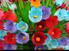 RECYCLED PLASTIC BOTTLES MAKE PRETTY FLOWER BOUQUET. blog berry/garden