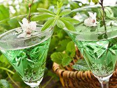 Für einen tollen Start in den Wonnemonat Mai ;-) Erfrischender Frühlingsklassiker: Maibowle selber machen   eatsmarter.de