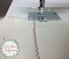 Per voi che state iniziando ora a cucire a macchina, può essere utile usare questo metodo veloce e facilissimo per fare un'arricciatura alla stoffa. Sewing Hacks, Sewing Projects, Convertible Clothing, Sewing Studio, School Fashion, E Design, Couture, Zig Zag, Diy Tutorial