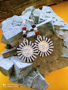 Χειροποίητα κρεμαστά αστρολογικά σκουλαρίκια με μεταλλικό σχέδιο και ενεργειακές πέτρες απο tiger iron , λευκό όνυχα και κόκκινο κοράλλι. Ιδιότητες: Φέρνει αισιοδοξία και μας βοηθά να εκτιμήσουμε τις χαρές της ζωής μας προσφέρει ηρεμία και γείωση , ενεργοποιεί τη φαντασία, οργανώνει τις σκέψεις και την αντίληψη βοηθά στη συνειδητοποίηση των ταλέντων μας . Jewelry Collection