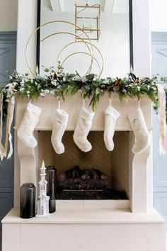 Inside : Christmas mantle garland ideas you'll love. Get some holiday decorati… – Diy Garland 2020 Christmas Mantel Garland, Mantle Garland, Elegant Christmas Decor, Christmas Fireplace, Christmas Mantels, Winter Christmas, Christmas Home, Christmas Decorations, Holiday Decorating
