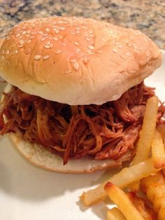 Bbq pulled chicken - the cookin chicks. Pulled Chicken Recipes, Chicken Recipes Video, Healthy Chicken Recipes, Turkey Recipes, Chicken Meals, Dinner Dishes, Dinner Recipes, Dinner Ideas, Slow Cooker Recipes