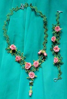 Ruusuinen korusetti, facebookista bongattu Tatting Necklace, Tatting Jewelry, Lace Jewelry, Jewelry Sets, Crochet Necklace, Needle Tatting, Tatting Lace, Crochet Flowers, Crochet Lace