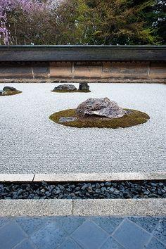 龍安寺 The Rock Garden at Ryoanji, Kyoto - This is just beautiful, but try to go in the morning when there are fewer tourists