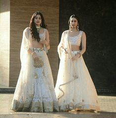 Gorgeous jahnavi kapoor with her sis kushi kapoor in awesome white lehangas Half Saree Lehenga, Bridal Lehenga, Black Lehenga, Red Saree, Saree Blouse, Indian Wedding Outfits, Indian Outfits, Eid Outfits, India Fashion