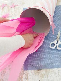 Schultüte: Kreppappier von innen in die Schultüte kleben