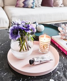 We love pastel colors! Combine the flowers with a tray and a simple, but effective, vase. This solut Sofa Table Decor, Table Decorations, Purple Candles, Coffe Table, Plant Holders, Living Room Sofa, Flower Vases, Pastel Colors, Dried Flowers
