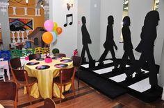 Quem nos acompanha há tempos sabe que somos beatlemaníacas! Provavelmente, os pais da Ella também são e estão levando a pequena para o mesmo caminho, rs.A festa de 2 anos da Ella ainda teve o tema de um dos álbuns dos Beatles, o Yellow Submarine....