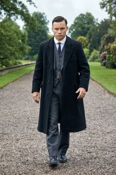 A gallery of Peaky Blinders publicity stills and other photos. Featuring Cillian Murphy, Paul Anderson, Helen McCrory, Joe Cole and others. Costume Peaky Blinders, Mens Fashion Suits, Fashion Outfits, 1920s Gangsters, Finn Cole, Dressing Sense, Smart Outfit, Sharp Dressed Man, Gentleman Style