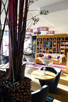 Die Architektur im 4*S Ritzenhof - Hotel und SPA am See ist bewusst, schlicht und auf das Wesentliche reduziert. Im Wellnesshotel in den Salzburger Bergen ist soll nichts vom Wesentlichen ablenken. Jedes Detail ist durchdacht, Raum- und Designlösungen folgen dem Prinzip der Reizreduktion. Das gesamte Haus baut auf den Gedanken der Einfachheit..  #saalfeldenleogang #salzburgerland #wellnesshotel #hotelamsee #wellnessurlaub Design Hotel, Hotels, Spa, Bergen, Modern, Table Decorations, Furniture, Home Decor, Build House
