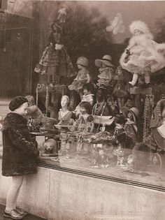 Store window of a doll shop, what an amazing picture! love the lil' girl admiring all the beautiful dolls! this is just a great pic! Images Vintage, Vintage Pictures, Old Pictures, Old Photos, Antique Photos, Vintage Photographs, Vitrine Vintage, Vintage Christmas Photos, Christmas Window Display