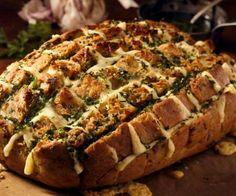 PÃO RECHEADO O pão recheado com frango, fica simplesmente perfeito! Essa receita é ótima pra reunir os amigos em um lanche da tarde. Aproveite que o rendimento aproximado é para 8 pessoas!  http://www.tudogostoso.com.br/receita/98894-paes-fofos-recheado.html