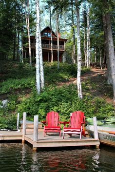 A pop of red in #cottage country. Visit a peaceful #Canadian retreat in the Muskokas: https://demeure.com/properties?region=muskoka&price_range=Infinity&min_bedrooms=0&sort=published%20desc&mode=list&club=off