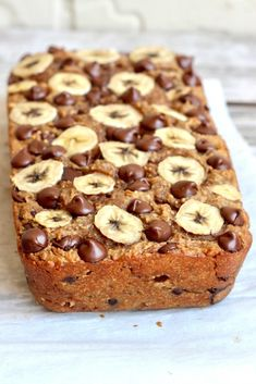 It's unbelievable this banana bread is made with just 4 ingredients: bananas, oats, peanut butter & chocolate chips. That's it and it's so AMAZING! Baking flourless bread with … Flourless Bread, Flourless Chocolate, Chocolate Flavors, Healthy Baking, Healthy Desserts, Easy Desserts, Dessert Recipes, Healthy Recipes, Peanut Butter Banana Bread