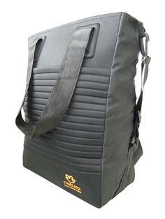 063a865ed5 A bolsa de ombro drapeada desenvolvida na cor preta é de couro sintético
