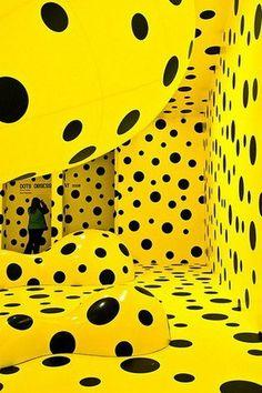 도트 모티브는 사탕을 연상시키면서도 발랄하고 귀여운 이미지를 표현할 수 있다.   Yayuma Kasuma | Installation art ✭ dots inspiration