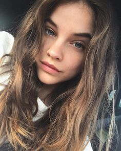 Model Barbara Palvin took a selfie to show off her natural waves, bare skin, and sheer nude lip. Healthy skin and glowing complexion. 22 Gorgeous Eye Makeup For Green Eyes Retro Bob, Selena Gomez, Barbara Palvin Instagram, Gigi Hadid Hair, Save The World, Messy Waves, Natural Waves, Nude Lip, Summer Beauty