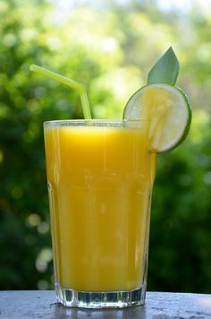 Pineapple, mango and lime juice Fruit Drinks, Healthy Drinks, Healthy Snacks, Detox Recipes, Smoothie Recipes, Keto Friendly Protein Powder, Brunch, Juice Plus, Juice Smoothie