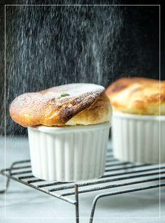 Souffles im Puderzuckerregen Muffin, Breakfast, Food, Raspberries, Pistachios, Peppermint, Food Food, Bakken, Recipes