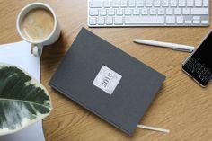 Czas zaplanować nowy rok. Kalendarze u introligatorki już dostępne w różnych wzorach i kolorach. Jeśli szukasz kalendarza z własnym logo, bądź innym motywem zapraszam do kontaktu.  Do wyboru trzy rodzaje kalendarium: dzienne- każda strona to jeden dzień rozpisany na godziny tygodniowy- na rozkładówce jeden tydzień w słupkach tygodniowy z notesem- tydzień na jednej stronie…
