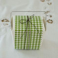 色柄がかわいいラッピングペーパーを、箱の幅より少しせまくカットして巻きつけ、リネン糸で結びます。/雑貨屋さんみたいな おしゃれラッピングレシピ(「はんど&はあと」2012年2月号)