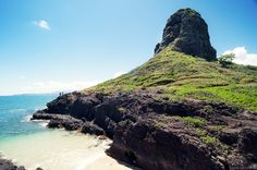I've seen Chinaman's Hat (Mokoli'i Island) countless times while hiking, driving or swimming on the Windward side of Oahu. It's the small island that looks like a rice picker hat. Hawaii Life, Aloha Hawaii, Hawaii 2017, Oahu Things To Do, Places To Travel, Places To See, Oahu Beaches, Oahu Vacation, Hawaii Travel Guide