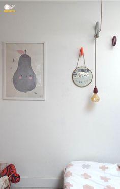 Gedeelde kinderkamer.  DIY lamp met gym hooks van HAY, lamp van Stoersnoer. Beddengoed van Bibelotte, poster van FineLittleDay.