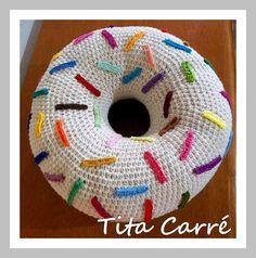 Tita Carré  Agulha e Tricot : Almofada Donut com confeitos coloridos em crochet